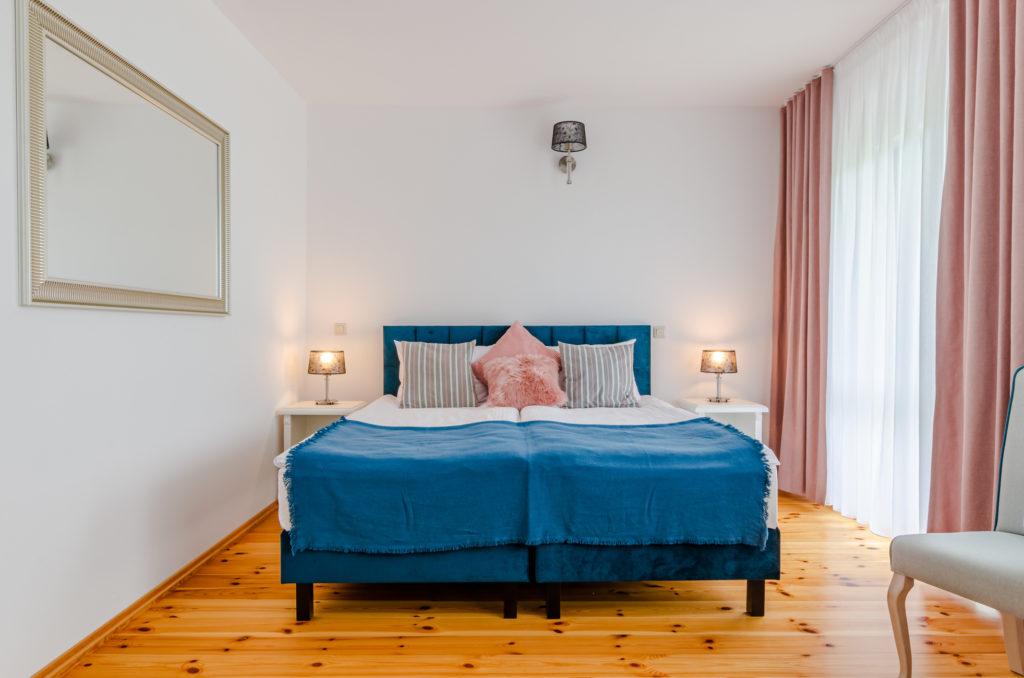łóżko kontynentalne w domu wczasowym stenka
